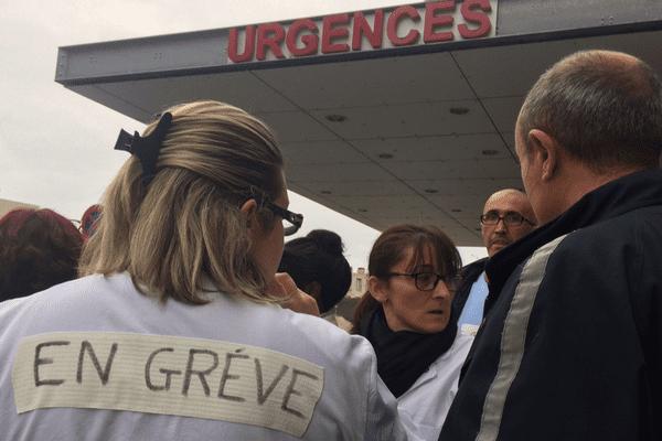 La maternité, le service des urgences, de chirurgie et de médecine de l'hôpital de Montluçon est en grève. Les salariés dénoncent un manque de personnel et des promesses non-tenues par la direction.