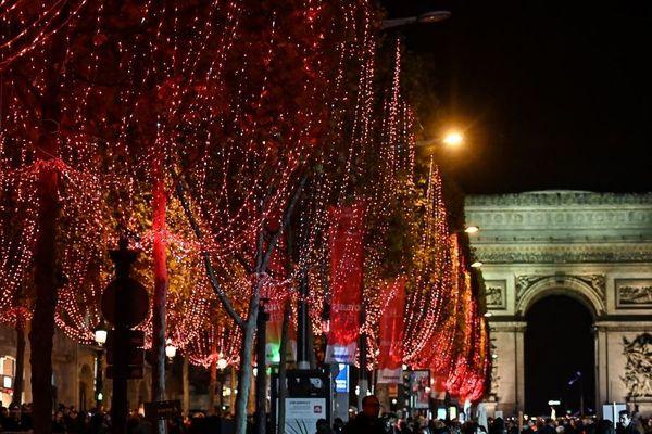 L'avenue des Champs-Elysées sera illuminée du dimanche 24 novembre jusqu'au 8 janvier.