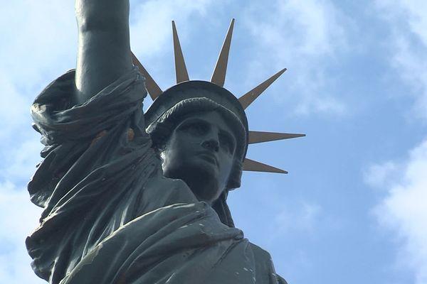 Une reproduction de la statue de la Liberté se trouve dans la ville de Roybon (Isère).
