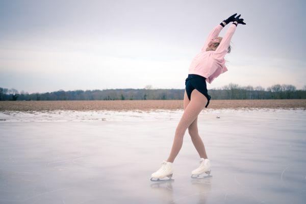Morgane Callegari en pleine séance de patinage sur un champ gelé dans la Somme