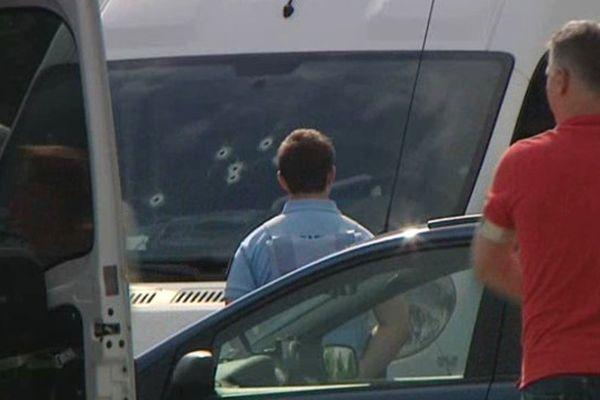 Les impacts de balles sur le pare-brise du véhicule de la victime