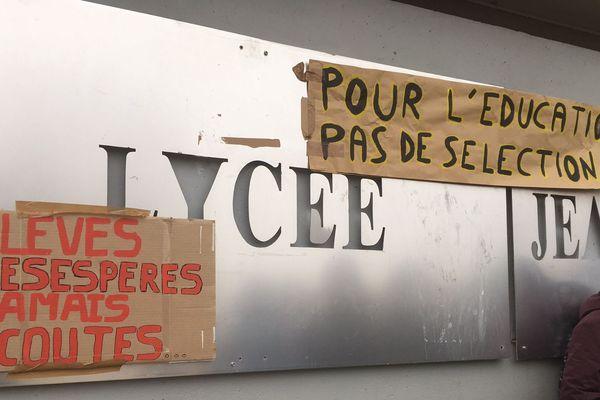 Les élèves bloquent le lycée Jean Monnet ce jeudi matin