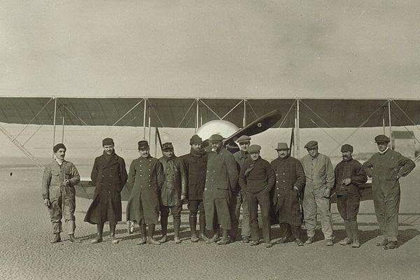 Groupe posté devant un biplan sur la plage du Crotoy avec Gaston et René