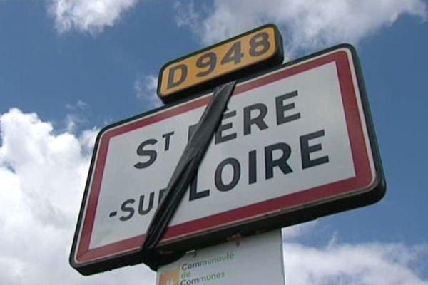 Certains maires ruraux du Loiret se mobilisent depuis plusieurs semaines contre la Loi NOTRe en arborant des banderoles noires.