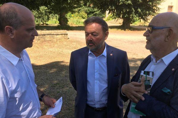 Jean-Michel Blanquer, à gauche, discute avec les députés Michel Delpon et Jean-Pierre Cubertafon.