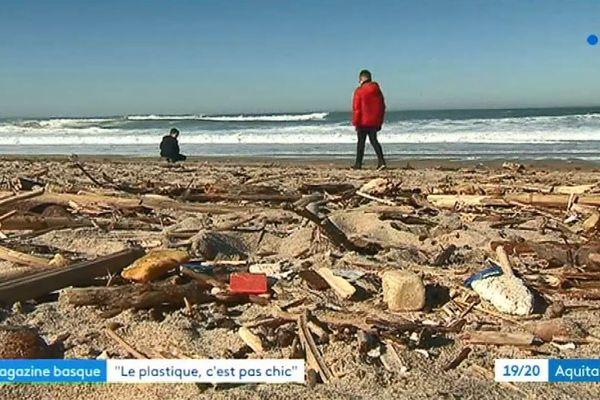Enfants ramassant des déchets sur une plage à Biarritz