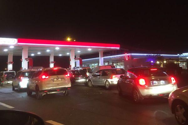 19/11/2018 - Après le blocage annoncé du dépôt pétrolier de Lucciana, près de Bastia, c'est la queue dans les stations-services pour récupérer du carburant.