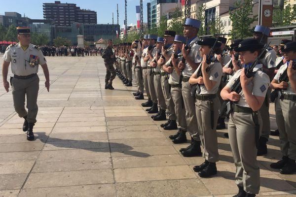 La parade militaire du 8 mai, sur la place de Jaude de Clermont-Ferrand.