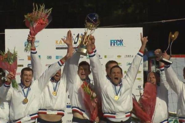Les Français brandissent la coupe du monde de Kayak-Polo à Thury Harcourt le 28 septembre 2014