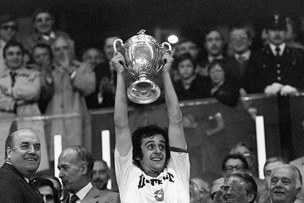 Le capitaine de l'équipe Nancy-Lorraine Michel Platini brandit la Coupe de France.