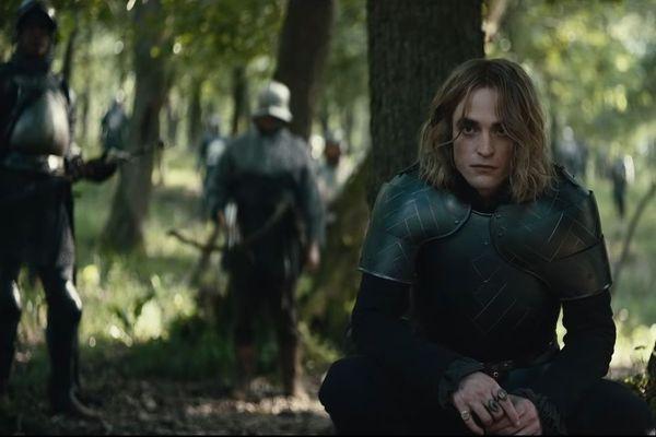 Robert Pattinson en grand méchant loup français dans les bois.