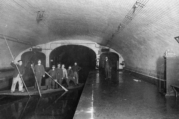 La station Odéon inondée, dans le métro parisien, en 1910, lors de la crue de la Seine.