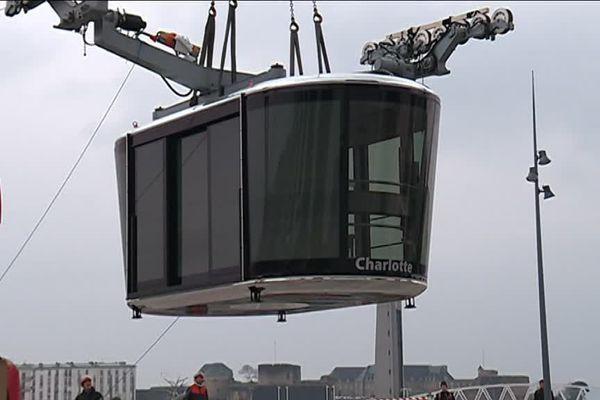 La nouvelle cabine Charlotte du téléphérique de Brest lors de son installation début avril