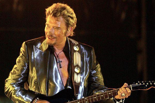 Le chanteur français Johnny Hallyday, pour ses 60 ans, se produit sur la scène du stade Vélodrome de Marseille, le 25 juin 2003.