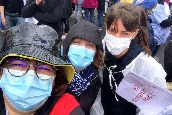 Véronique Bordier(au premier plan), infirmière de nuit aux urgences du CHU de Nantes est venue manifester avec ses collègues. Ils sont des milliers devant de CHU de Nantes ce mardi 16 juin.
