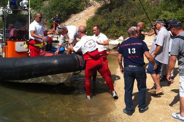 Les pompiers sont en plein exercice d'évacuation.