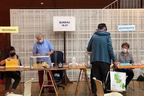 Bureau de vote des Halles à Tours ce dimanche 27 juin en fin de matinée.