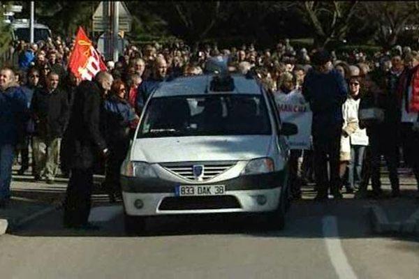 Plusieurs centaines de manifestants ce matin à Roussillon