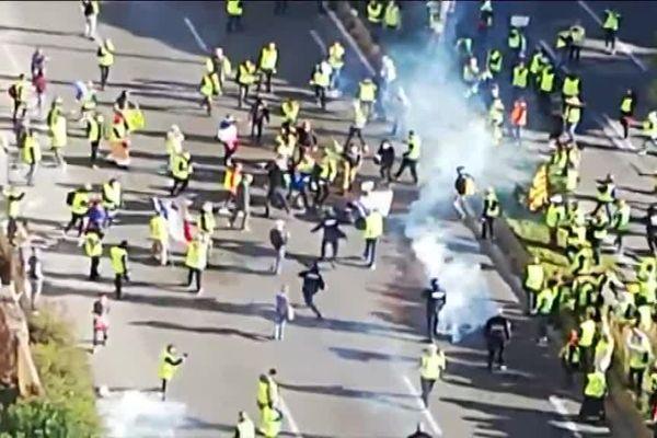 Sur cette capture d'écran de vidéo amateur on peut voir des gilets jaunes entourant des policiers.