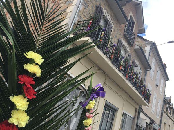 Comme le veut la tradition, des bouquets devraient orner les balcons pour honorer la mémoire des victimes.