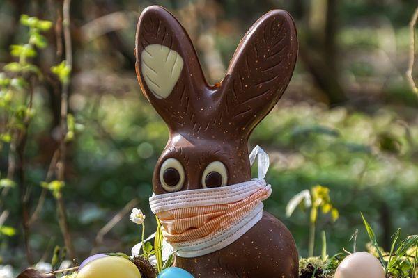 ILLUSTRATION. Nous n'avons pas pu résister. Les fêtes de Pâques se célèbrent cette année en confinement. Alors même le traditionnel lapin en chocolat doit sortir avec son masque...