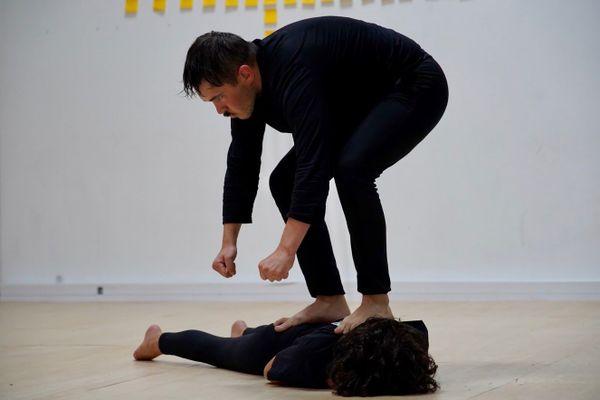 En résidence au Maquis, de jeunes artistes comme Mikaël Gac et Lucile Pentecouteau, interrogent les relations hommes-femmes