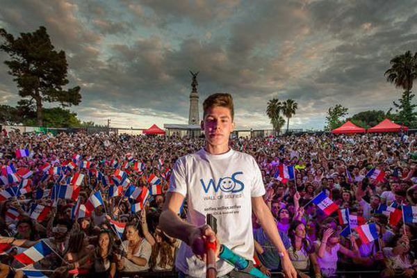"""Tom Bittmann, avait battu le record du monde du plus grand """"selfie"""" jamais réalisé en rassemblant 2.530 personnes sur la même photo."""