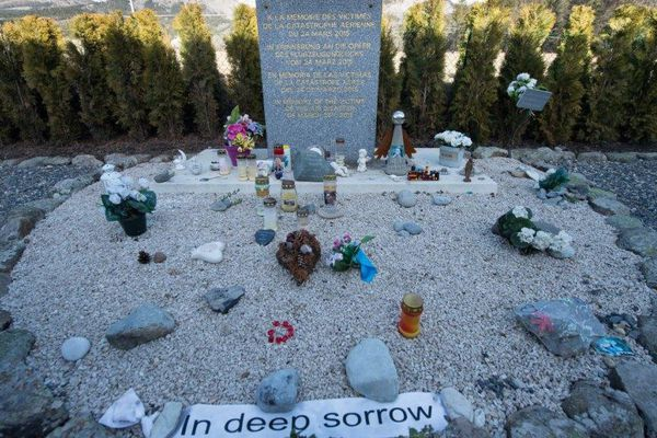 La stèle à la mémoire des victimes du crash de la Germanwings au Vernet.