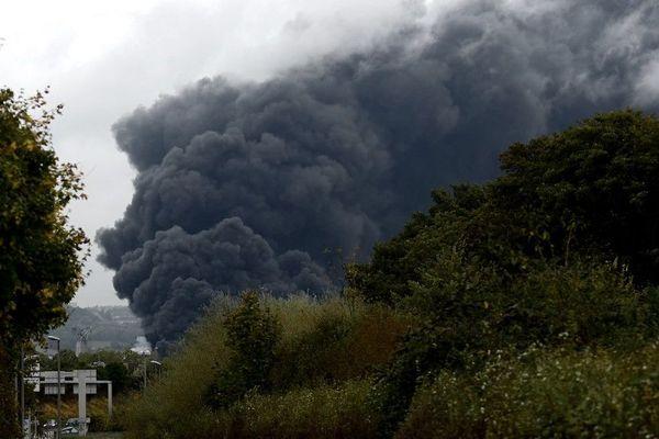 L'épais nuage de fumée s'échappant le 26 septembre de l'usine Lubrizol de Rouen en flammes.
