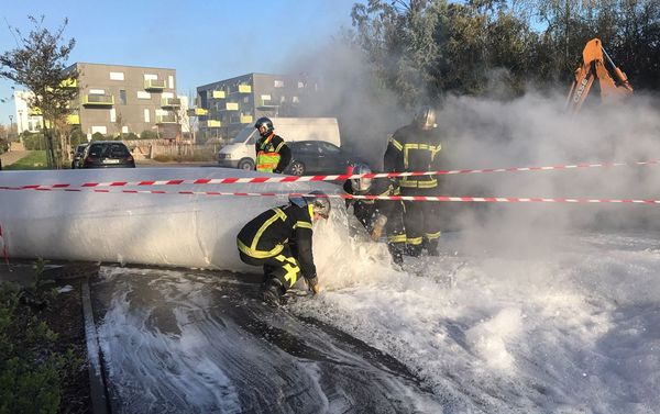Les pompiers déversent de la mousse en quantité sous la chaussée