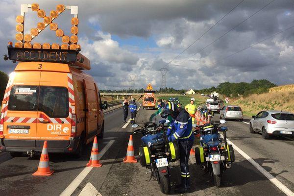 La N176 a été bloquée dans les deux sens de circulation suite à la collision entre deux voitures qui a fait trois morts