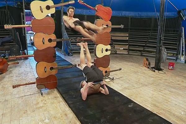 La compagnie d'acrobates Le P'tit Cirk en répétition.