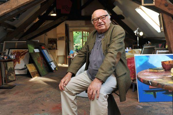 Jacques Dessange devant ses toiles, dans sa propriété solognote.
