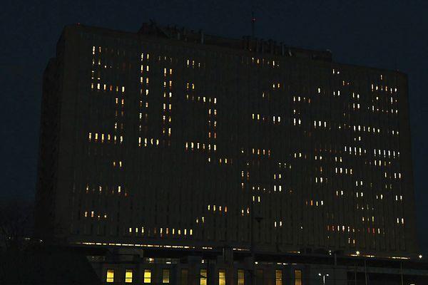 Les fenêtres du CHU de Caen éclairées forment un SOS sur la façade cette nuit