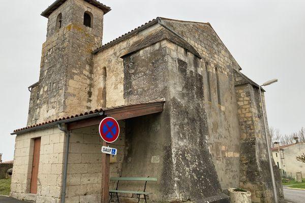 L'église se réduit aujourd'hui à une nef et un clocher-donjon.