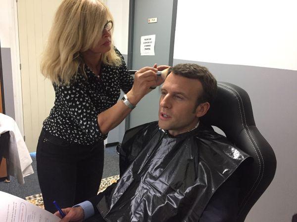 Le président Emmanuel Macron au maquillage avec Agathe lors de sa venue en Corse