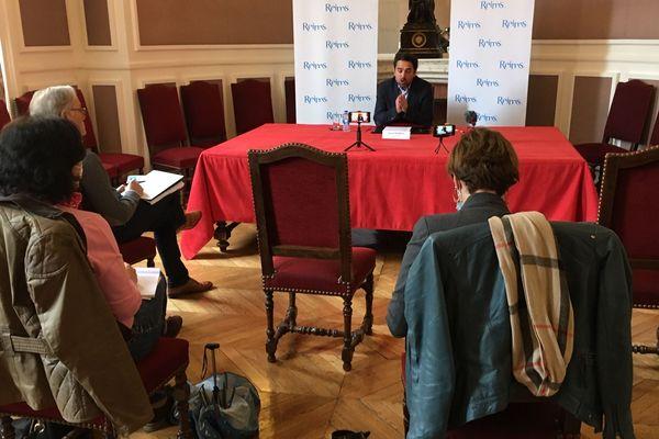 Arnaud Robinet, maire de Reims présente à la presse son plan de déconfinement.