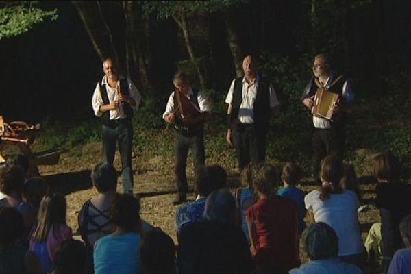 """Forêt de Chaux : la veillée comtoise dans les bois, avec le groupe """"Chamave"""""""