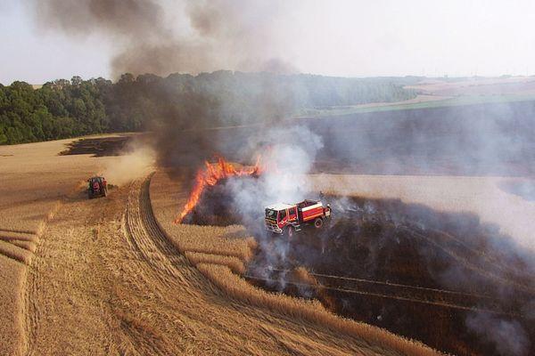 Les pompiers de l'Aisne luttent contre un feu de champ