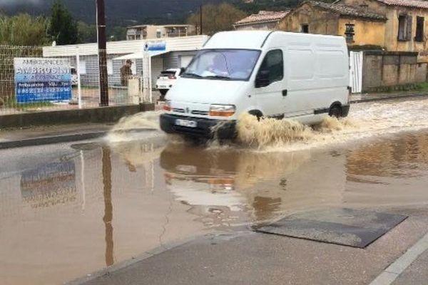 Plusieurs routes, comme ici, la D61 à Ajaccio, sont immergées en raison des conditions climatiques dégradées.