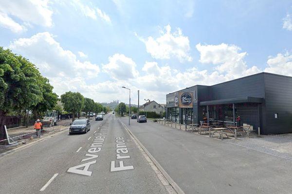 Un éboueur a été percuté par un camion-poubelle d'une autre société dans la rue Pierre-Mendès-France à Laon, au niveau de la boulangerie Marie-Blachère.