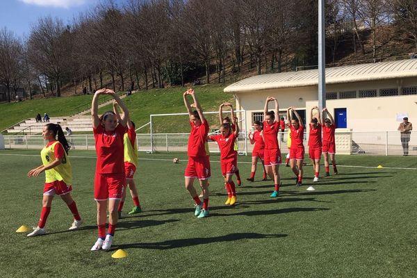 L'équipe première de la section féminine du LFC s'échauffe avant de recevoir Poitiers.