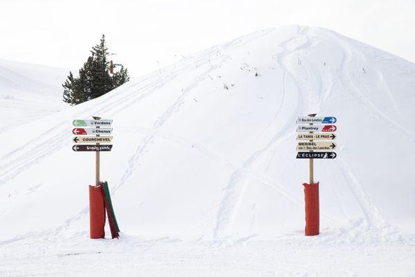 Une intersection de pistes sur le domaine skiable de la station de Courchevel.