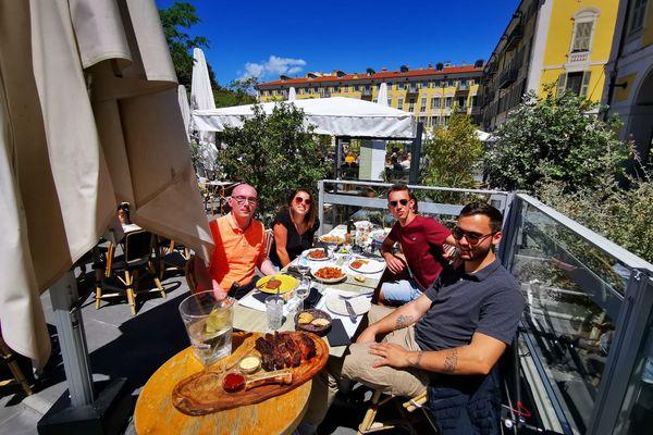 Le repas du déjeuner est servi en terrasse à Nice, place Garibaldi.