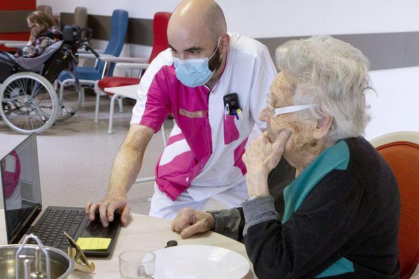 Un élève infirmier auprès d'une résidente en Ehpad près de Montpellier, le 31 mars 2020