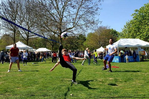 Au parc Léo Lagrange, petits et grands partagent leur passion commune pour le football.