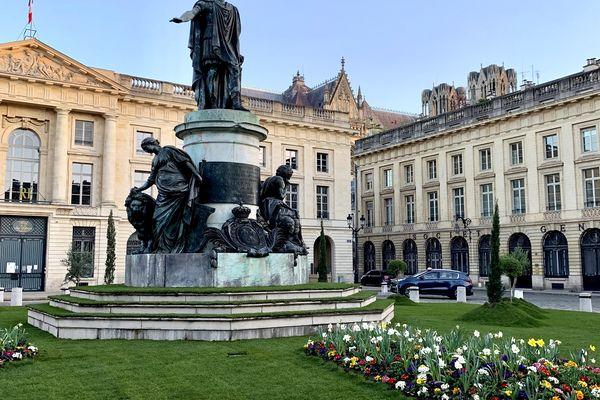 La place Royale de Reims avec sa pelouse éphémère.