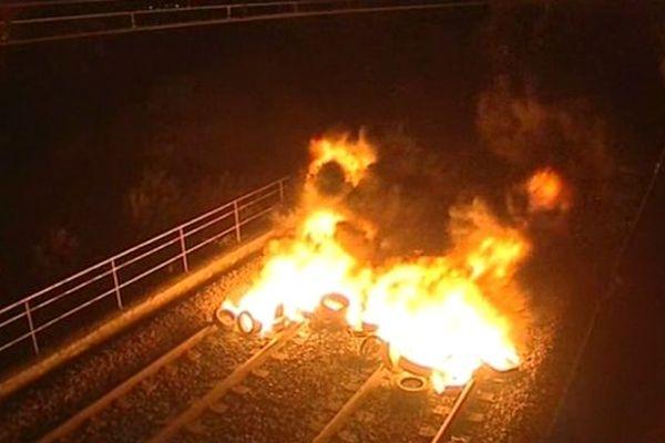 Un feu de palette sur la voie ferrée allumé par les viticulteurs en colère, à Carcassonne, dans l'Aude.