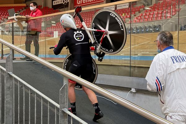 A quelques minutes de son défi, Jean-Pierre Demenois remonte son vélo de chrono jusqu'à la superbe piste du vélodrome de Granges en Suisse.