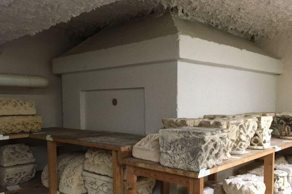 Le cercueil a été retrouvé dans cet édicule derrière les étagères.